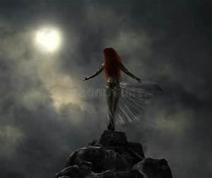Donna Fantastica Del Guerriero Nella Luce Della Luna