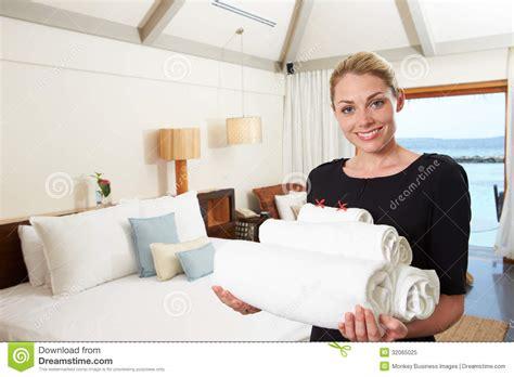 hotel femme de chambre portrait de femme de chambre d 39 hôtel avec des serviettes
