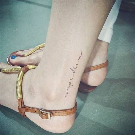 exemple tatouage discret phrase courte caperdiem femme