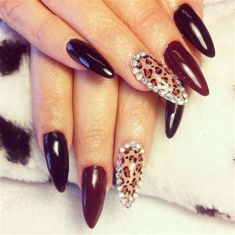 unas picudas tonos negro  rojo vino estampado leopardo