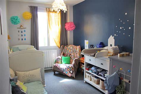 chambre bleu et jaune une chambre bébé pour un garçon rideaux gris bébé