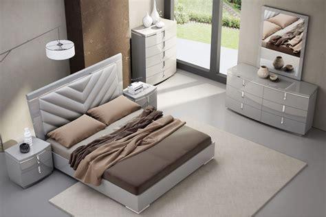 york gray upholstered platform bedroom set   jm