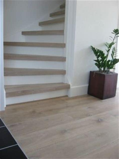 Mooi gerenoveerde trap in eiken whitewash   vloeren