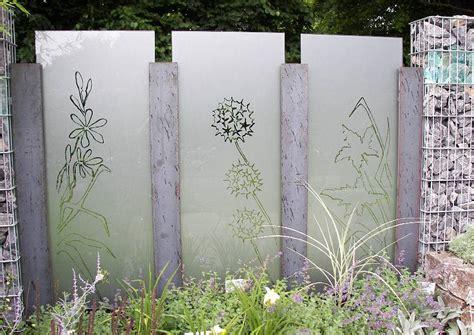 alte steinmauern im garten garten ideen lärmschutzwand gartenschau sichtschutzmauer aus gabionen glas