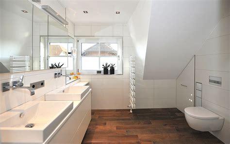 Badezimmer Beispiele Bilder by Badezimmer Holzfliesen Dusche