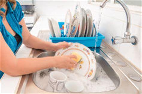 Faire La Vaisselle Sur L'eau Savonneuse Photo Stock