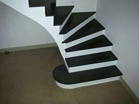 escalier noir contre marche blanche agencement pierres