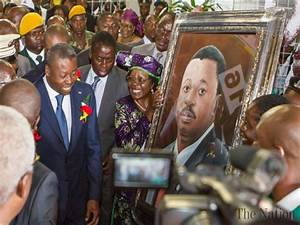 Togolese President receives a portrait at the Zimbabwe ...