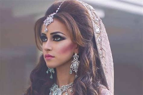 top  beautiful hairstyles    saree oval face