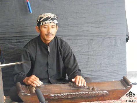 Seni tradisi merupakan identitas, jati diri, sekaligus media berekspresi bagi suatu masyarakat. 12 Alat Musik Tradisional Jawa Barat dan Penjelasannya - Tokopedia Blog