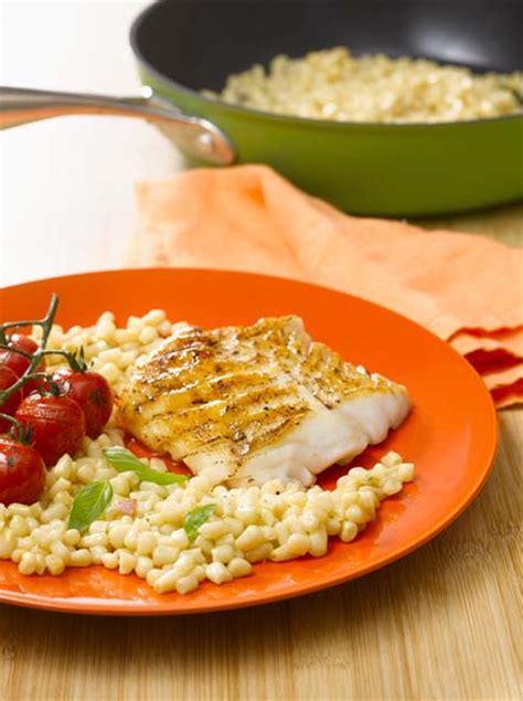cuisiner dos de cabillaud poele dos de cabillaud et poêlée de maïs blanc savoir cuisiner fr
