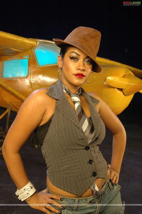 indian celebrity sexy girls mumaith khan navel stills