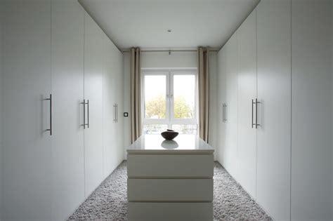 Das Ankleidezimmer Moderne Wohnideenankleideraum In Weiss by Aveo Vielfalt Genie 223 En Modern Ankleidezimmer