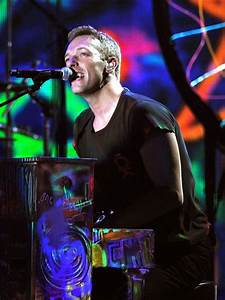 Chris Martin plays the piano for 'Paradise'. - Coldplay ...