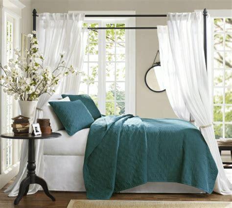 chambre avec lit baldaquin chambre bleu canard et associations ou accessoires