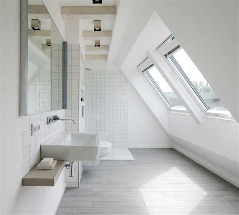 chambre parentale grise salle de bains sous les combles un espace de bien être