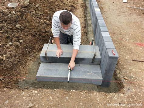 Blockstufen Beton Maße by Podest Mit Palisaden Abgestellt Gartengestaltung Mit