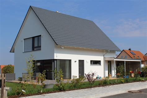 Moderne Häuser Mit Eckfenster by Einfamilienhaus Holzhaus Satteldach Modern Carport Modern