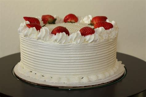 Cakes Decorated With Strawberries by White Cake With Strawberries Decoration