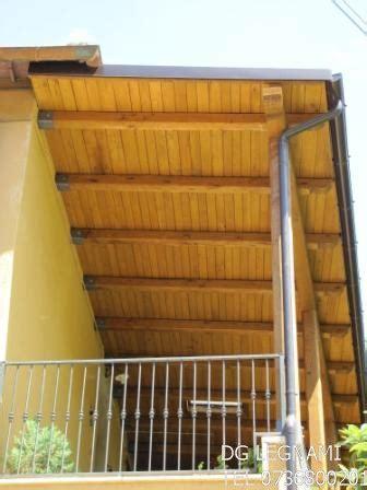 montaggio tettoia in legno tettoia in legno di castagno dg legnami produzione e