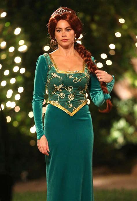 sofia vergara family sofia vergara in green dress at modern family set 18