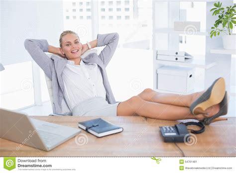 affaires de bureau femme d 39 affaires de sourire détendant sur bureau image