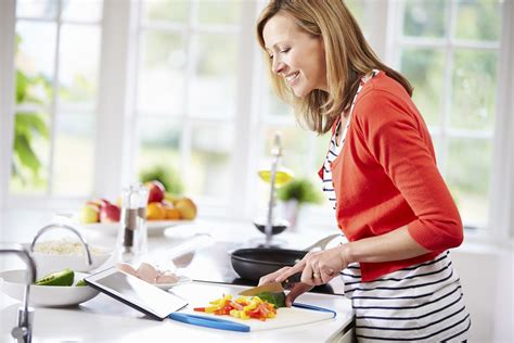 femme cuisine femme qui cuisine fait des repas santés recettes minceur