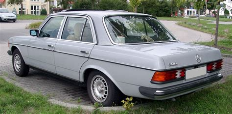 File:Mercedes-Benz W123 rear 20080822.jpg - Wikimedia Commons
