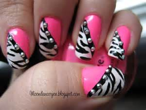 Zebra xoxox on nail art nails