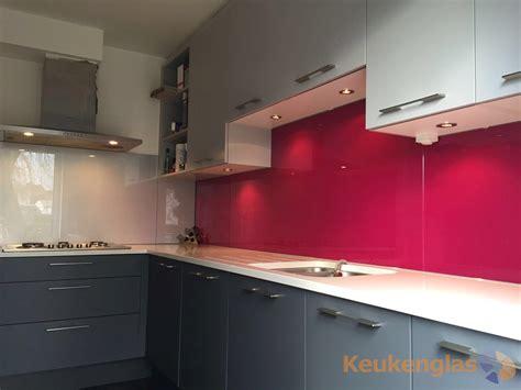 achterwand fornuis glas roze glazen keuken achterwand keukenglas