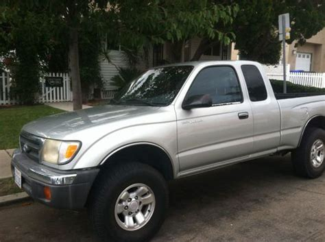 sell   toyota tacoma extra cab pre runner  great