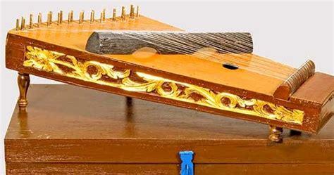 Penyebutan modern pada alat musik ini dikarenakan bahan dasar pembuatannya dan kepopulerannya yang datang belakangan. 20 Contoh Alat Musik Melodis - Mosaicone