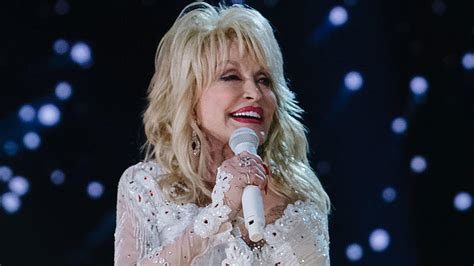 Dolly Parton Will Keep Spreading Christmas Cheer With 'A ...