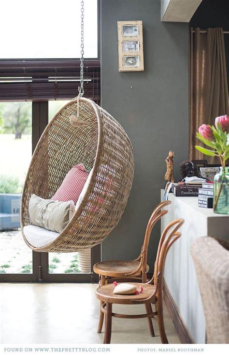 un fauteuil suspendu dans la maison une hirondelle dans
