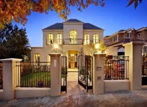 fachadas de casas con rejas negras
