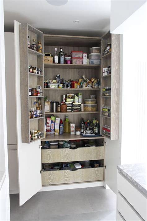 organisation placard cuisine les 19 meilleures images à propos de rangement cuisine placard balais sur