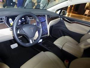 File:The interior of Tesla Model X P90D.jpg - Wikimedia Commons
