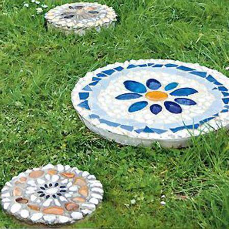 Bunte Trittsteine Fuer Den Garten Herstellen Mit Mosaik Steinchen Und Beton by Bunte Trittsteine F 252 R Den Garten Herstellen Mit Mosaik