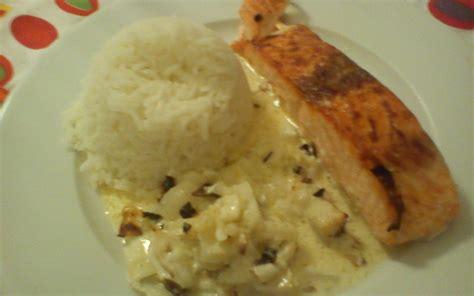cuisiner pavé de saumon poele recette pavé de saumon à la crème de curry et oignon pas