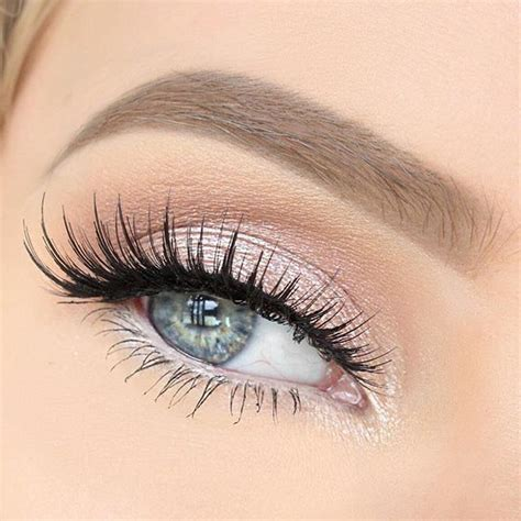 lights in eye light pink eyeshadow with some amazing lashes such a