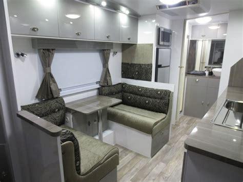 table de cuisine pour petit espace intérieur de caravane comment l 39 aménager