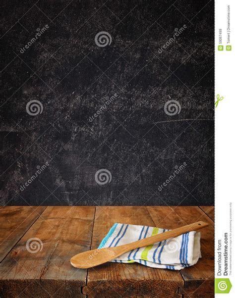 nappe de cuisine ustensiles de cuisine sur la nappe sur la table en bois de