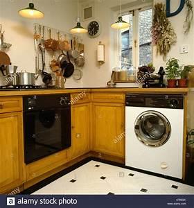 Waschmaschine In Küche : backofen und waschmaschine in kleine k che stockfoto bild 11735106 alamy ~ Watch28wear.com Haus und Dekorationen
