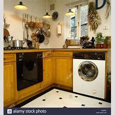 Backofen Und Waschmaschine In Kleine Küche Stockfoto, Bild