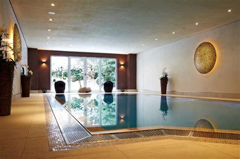 privater wellnessbereich mit pool sauna hamam modern
