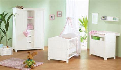 comment décorer chambre bébé fille comment décorer une chambre de bébé aux murs vert anis