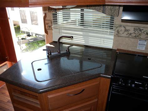la cuisine du comptoir bien qu il soit de marque corian le dessus du comptoir de