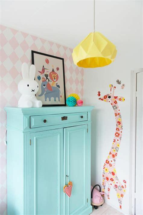 chambre bébé colorée 1001 idées pour une chambre bébé en bleu canard des solutions déco astucieuses