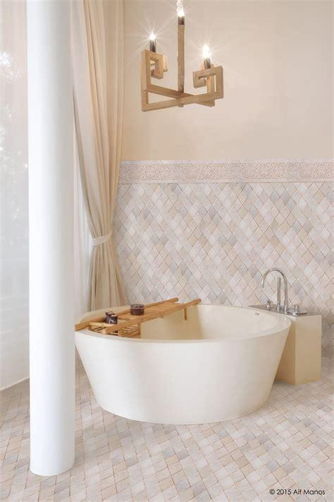 salle de bain en zellige traditionnel marocain motif arlequin frise entirely white
