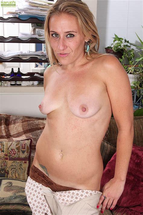 Hot Mom Sky Display Her Muff Pie MILF Fox